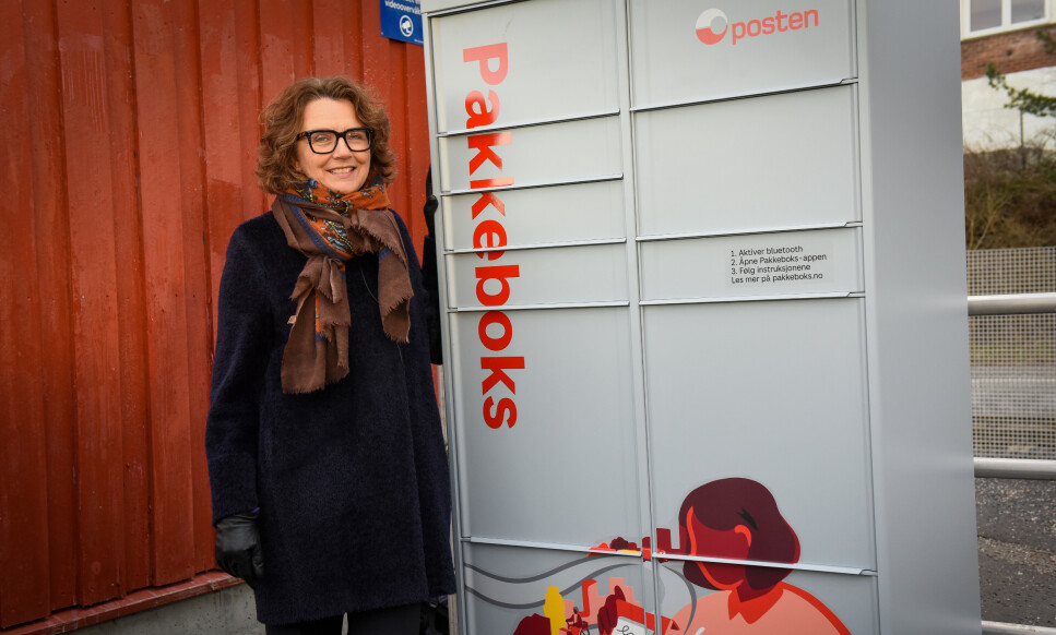 NY POSTAUTOMAT: Konsernsjef Tone Wille poseres stolt ved den aller første «Pakkeboks»-automaten til Posten, i Oslo. Foto: Posten