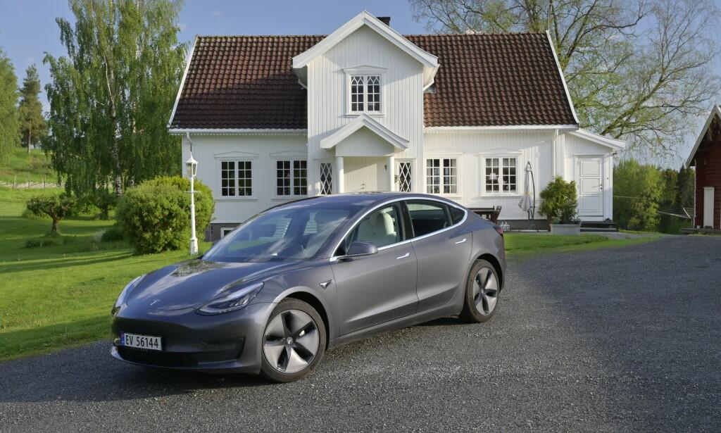 LADER HUSET: Telsa Model 3 kan gi strøm til huset. Foto: Rune M. Nesheim