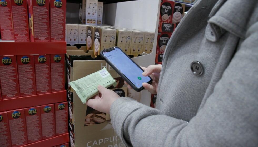 SKANN SELV: Med den nye appen kan du skanne varene mens du er i butikken. Foto: Ingebjørg Iversen