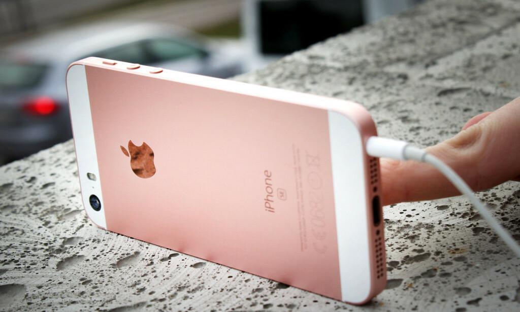 SNART KOMMER OPPFØLGEREN: iPhone SE ble en favoritt blant dem som ønsket en liten iPhone. At den hadde det klassiske iPhone 4-designet var det også mange som likte. I løpet av de neste månedene kommer trolig oppfølgeren, men det ryktes at Apple går helt vekk fra dette designet. Foto: Ole Petter Baugerød Stokke