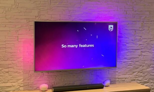 LYS BAK: Lyset danser bak TV-en i de samme fargene som vises på skjermen. Effekten kalles Ambilight, og er en patentert Philips-teknikk. Foto: Bjørn Eirik Loftås