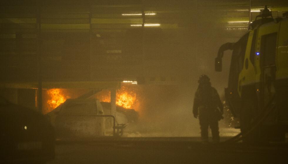 FÅR SPESIAL-DISPENSASJON: Bileierne av de skadde bilene fra Sola-brannen kan nå avregistrere disse uten å melde skiltene tapt. Foto: NTB / Scanpix