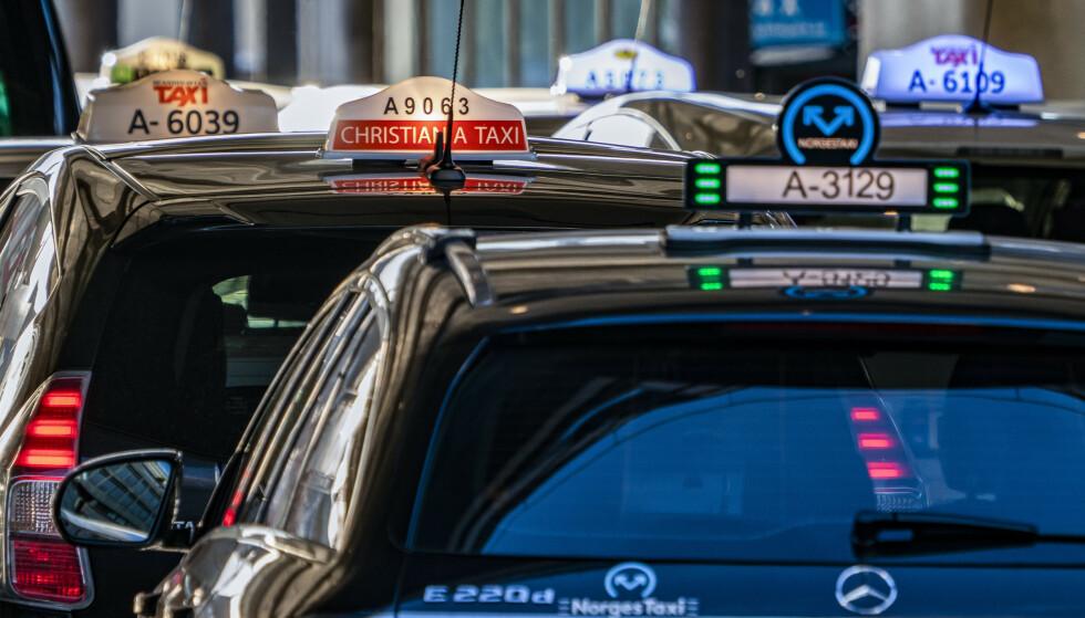 SKAL UOPPFORDRET GI DEG PRISTILBUD: Taxiene skal gi deg et pristilbud før du aksepterer turen, og så skal du betale det som koster minst av tilbudet, fastpris og taksameterpris. Ingen av drosjesjåførene ga kunden pristilbud, i en tilsynsaksjon som Forbrukertilsynet har hatt. Foto: Heiko Junge/NTB scanpix