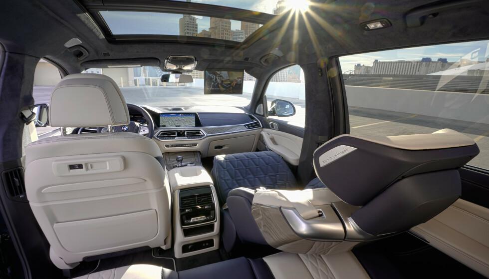 <strong>SOM Å VÆRE HJEMME:</strong> Her kan du sitte med 60 graders vinkel og duppe av mens andre tar seg av kjøring. Foto: BMW