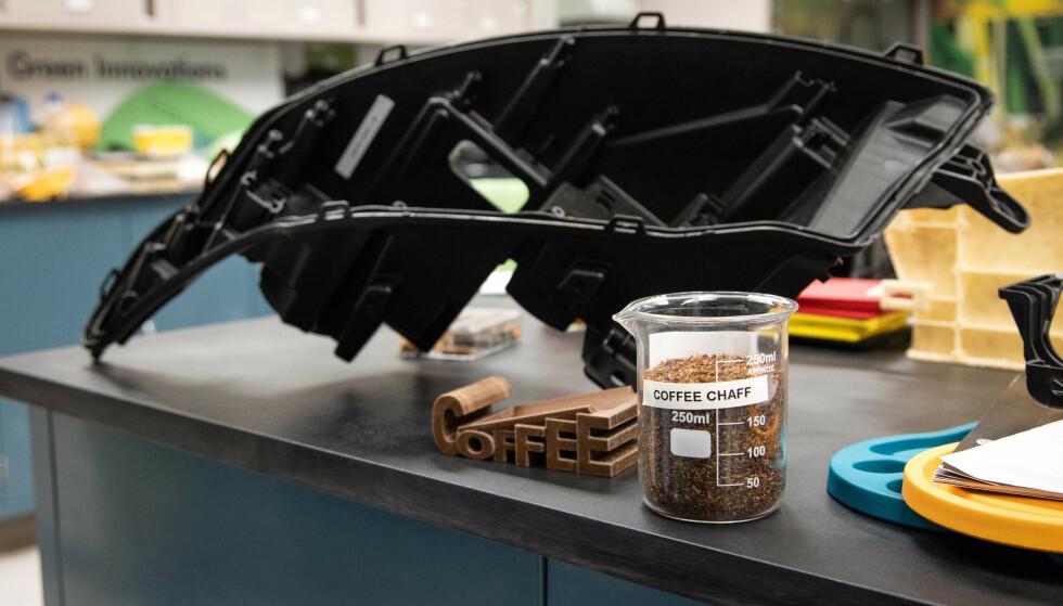 ENKELT Å BRUKE: Materialet som er laget av skallet på kaffebønner, er enkelt å forme og miljøvennlig i bruk. Foto: Ford