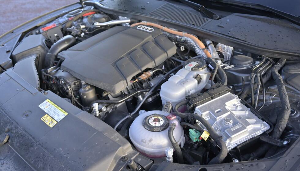 """I LENGDEN: Motoren står i kjøreretningen og gir dermed """"ekte"""" firehjulsdrift. Elmotoren ligger mellom bensinmotor og clutch og sikrer akkurat lik overføring av kreftene uansett om bilen går på strøm eller bensin. Foto: Rune M. Nesheim"""