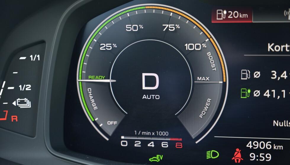 BEGGE DELER: Energimåleren er det store fokuset, men du har mulighet for å kombinere det med en vannrett turteller i bunnen. Man kan også bytte visning til bare turteller, men det virker litt merkelig dersom mesteparten av kjøringen foregår elektrisk. Men det er kanskje litt rart at den ikke går over til turteller automatisk når man velger dynamic kjøreprogram.