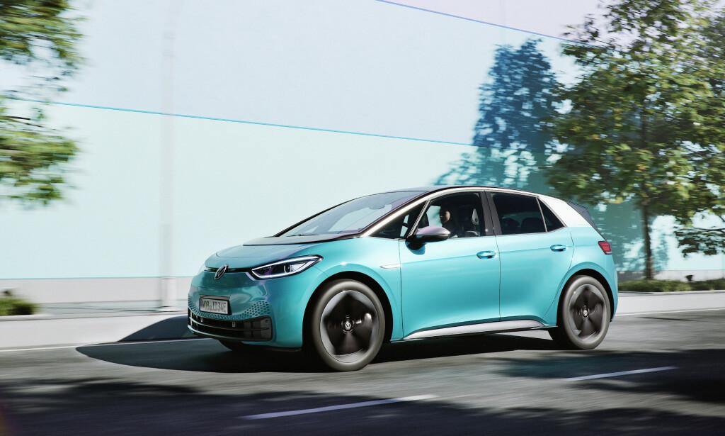 STOPPER PRODUKSJONEN: Volkswagen har varslet at de skal stenge fabrikkene på fredag. Det kan blant annet påvirke leveringen av elbilene ID.3 (bildet) og ID.4 til Norge. Foto: Volkswagen