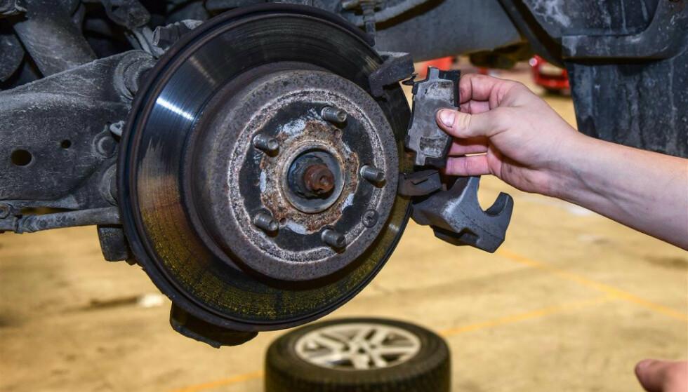 <strong>STRYKER PÅ EU-KONTROLLEN:</strong> Feil knyttet til bremser er den mest vanlige årsaken til at kjøretøy ikke går gjennom EU-kontrollen. (Foto: Knut Opeide/Statens vegvesen)