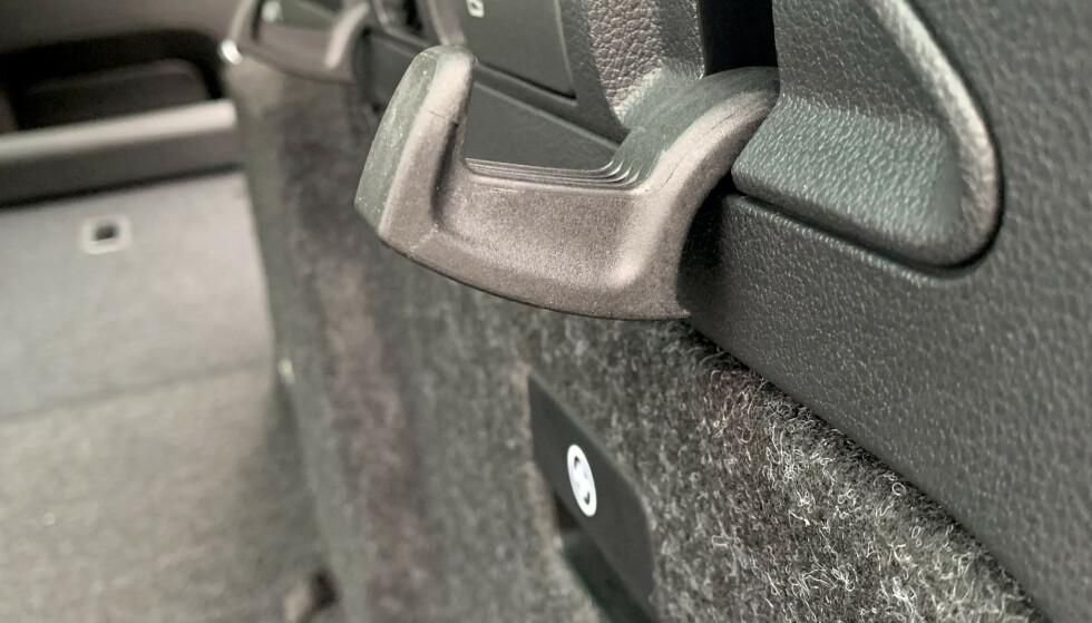 STANDARD: Bagasjerommet har 12V-uttak, samt fire handlekroker, for eksempel til å henge/feste handleposer i. Foto: Øystein B. Fossum