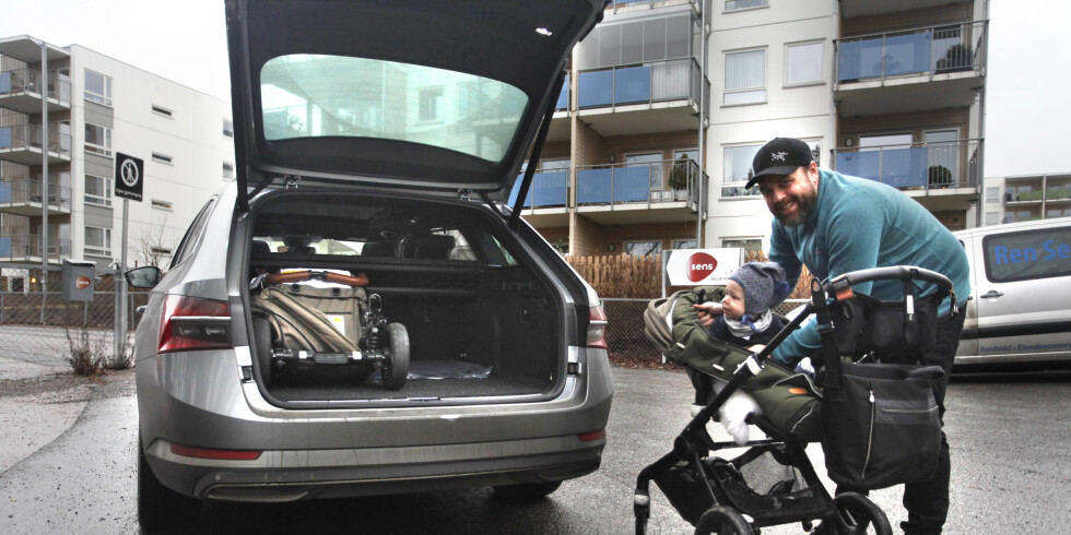 Dinside har tatt med seg Daniel Todnem og hans ett år gamle sønn, Jakob, på kjøretur med Skoda Superb iV PHEV. Foto: Øystein B. Fossum