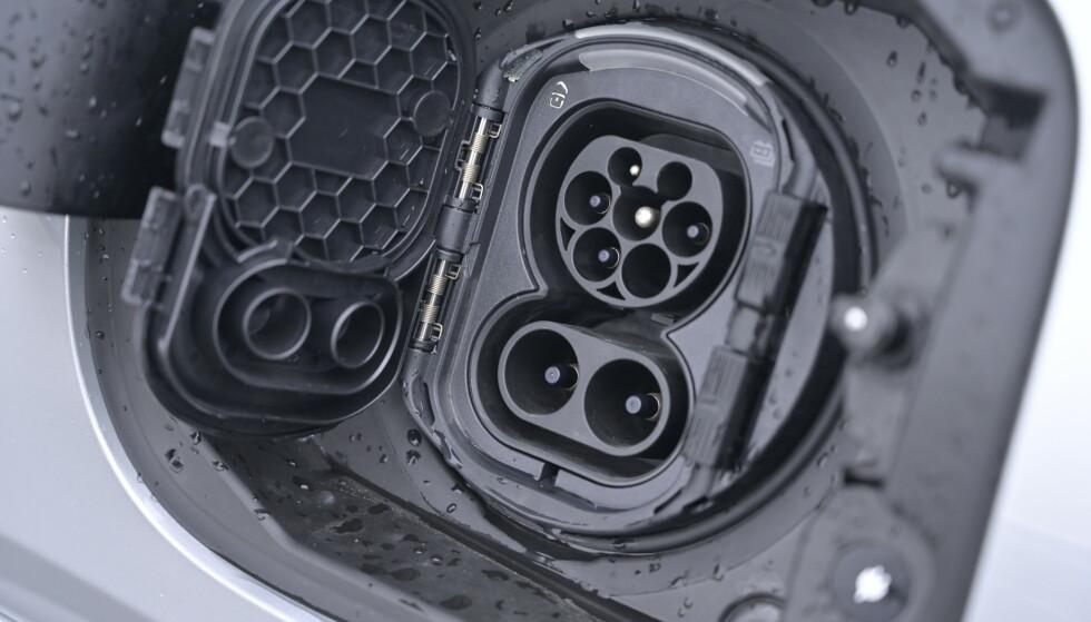 HURTIGLADING: Mercedes viser maktdemonstrasjon ved å tillby 60 kW i ladekapasitet ved hurtiglading. Men vær så snill og kopier BMW. De har en pakning på tanklokket fremfor ekstra lokk utenpå kontakten. Det er til daglig irritasjon. Foto: Rune M. Nesheim
