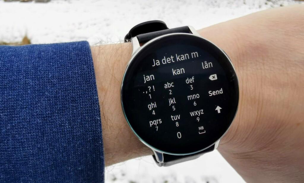 SKRIVE: Galaxy Watch Active 2 lar deg skrive svar på meldinger direkte på klokka. Foto: Pål Joakim Pollen