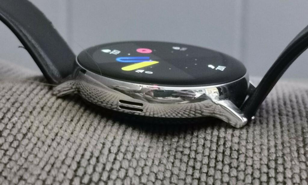 HANDSFREE: Med eSIM-støtte og både høyttaler og mikrofon, kan Watch Active 2 brukes helt frittstående fra mobiltelefonen. Foto: Pål Joakim Pollen