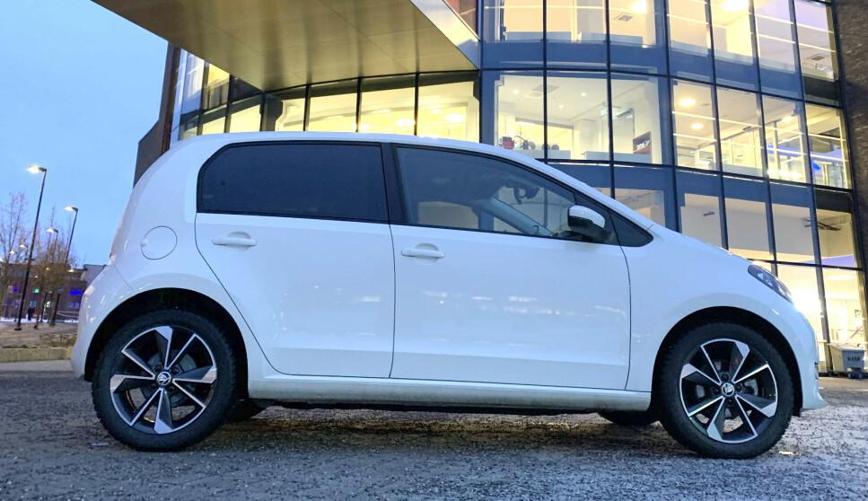 GOD I BYEN: Frem til nå er det bare VW Up! som har vært tilgjengelig som elektrisk versjon i denne trillingserien. I forbindelse med større batteripakke og lengre rekkevidde har også søsknene Skoda Citigo og Seat Mii fått el-versjoner. Og det er en aldri så liten priskrig på gang. Skoda legger seg midt i mellom med 184.800 kroner inkludert frakt og levering. Seat Mii fås fra 179.900 kroner og VW Up fra 191.300 kroner, inkludert frakt og levering. Foto: Bjørn Eirik Loftås.