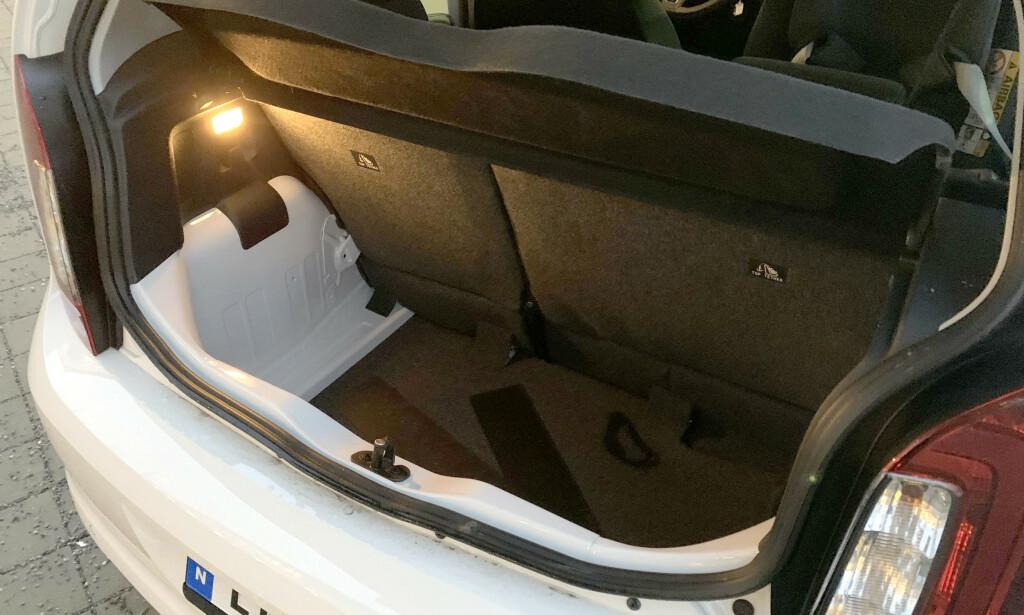 DYYYPT: Det er ikke langt fra bakhodet til bakruta, men bagasjerommet er skikkelig dypt. Det er faktisk plass i reservehjulsbrønnen under gulvmatta på bildet også. Foto: Bjørn Eirik Loftås