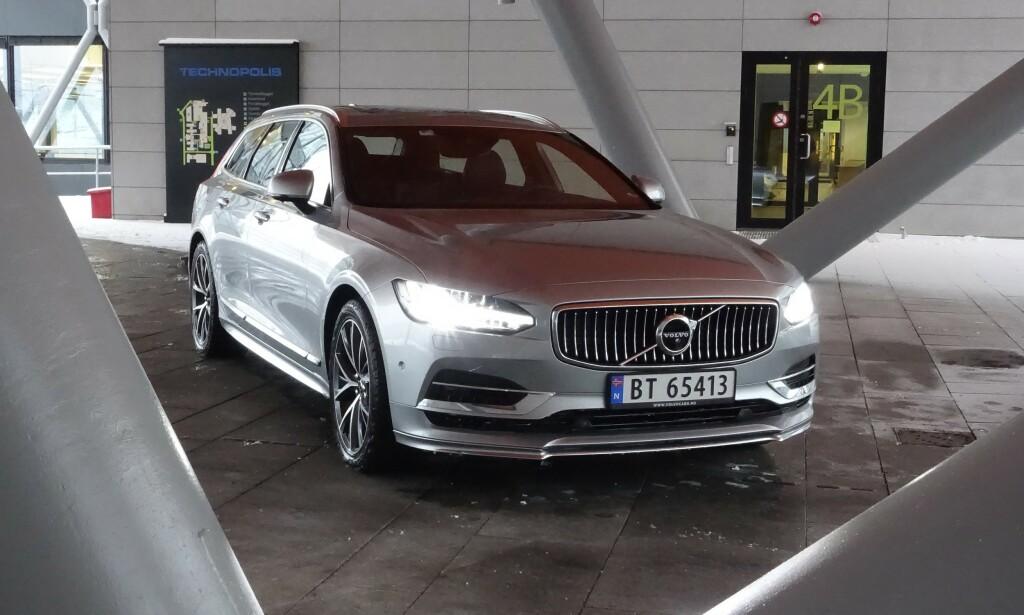 ETTERTRAKTET: Volvo V90 er en populær stasjonsvogn. Nå har svenske Automotorsport avslørt at den ladbare T8-varianten «jukser» med den elektriske rekkevidden, ved å ha installert en bensindrevet kupévarmer. Foto: Jamieson Pothecary