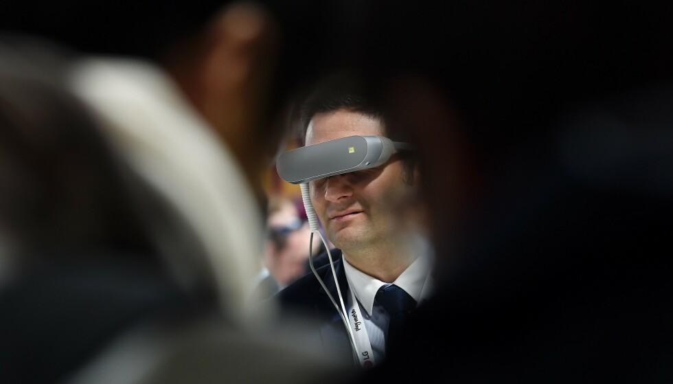 TREKKER SEG: Flere aktører velger nå å trekke seg fra årets mobilmesse i Barcelona, deriblant LG, som slapp VR-briller på messen i 2016. Foto: Joseph Lago/AFP/NTB Scanpix