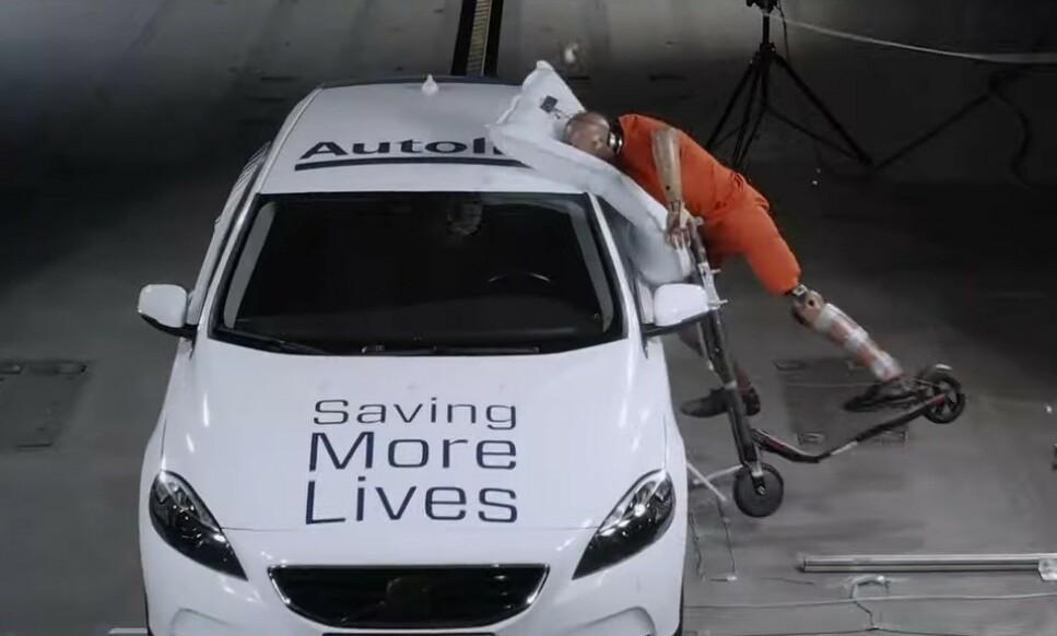 FÅ BRUKER HJELM: El-sparkesyklene er kommet for å bli. Nå utvikler svenske Autoliv en kollisjonspute som skal redusere alvorlige skader for alle som ikke bruker hjelm. Foto: Autoliv