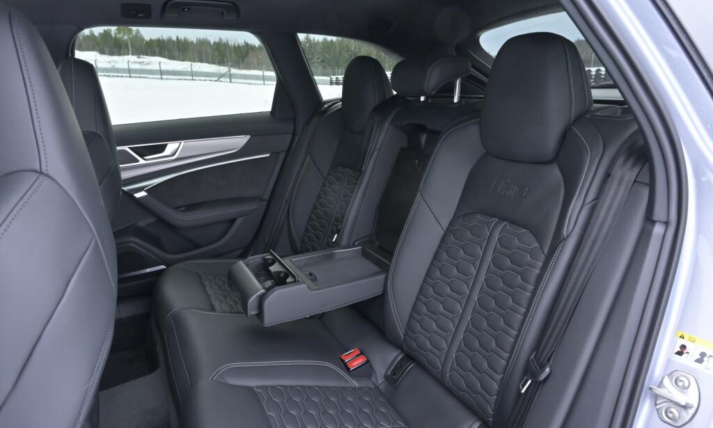 GOD PLASS: Uvanlig skålede bakseter til Audi å være, men god plass til bena. Selvsagt tredelt bakseterygg. Foto: Rune M. Nesheim