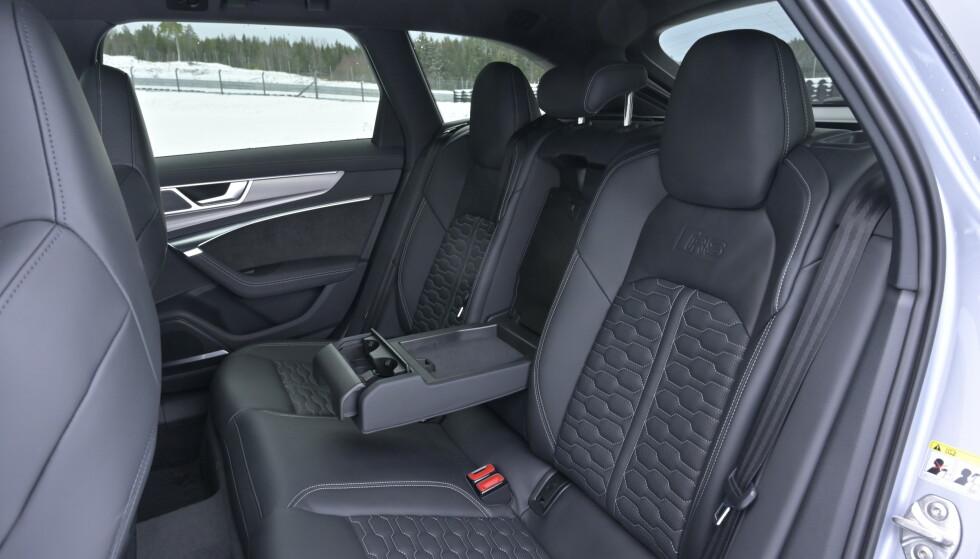 <strong>GOD PLASS:</strong> Uvanlig skålede bakseter til Audi å være, men god plass til bena. Selvsagt tredelt bakseterygg. Foto: Rune M. Nesheim