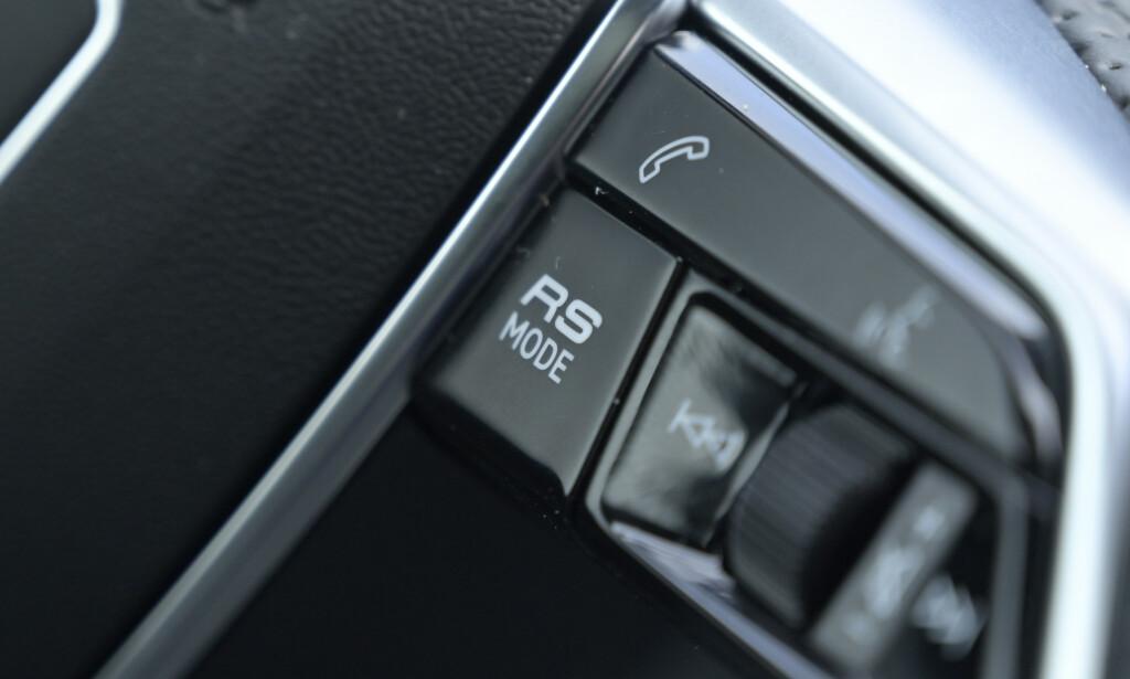 TO PROGRAMMER: Bak denne knappen gjemmer det seg to individuelt valgte kjøreprogram som du har tilgjengelig på et lite sekund. Foto; Rune M. Nesheim