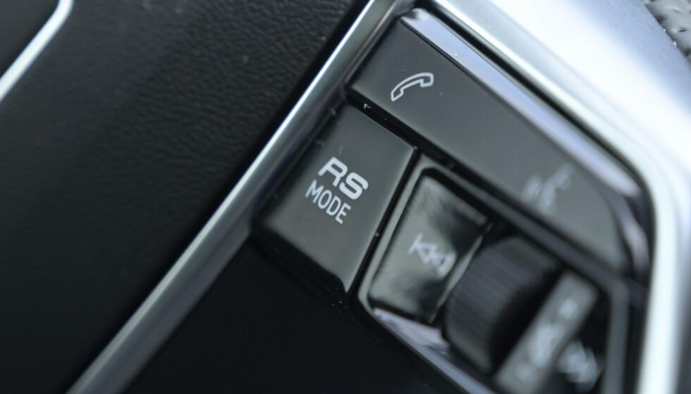 <strong>TO PROGRAMMER:</strong> Bak denne knappen gjemmer det seg to individuelt valgte kjøreprogram som du har tilgjengelig på et lite sekund. Foto; Rune M. Nesheim