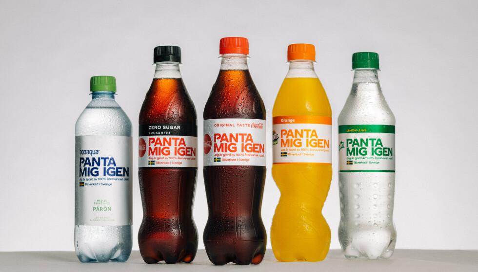 SE OPP I BRUS-HYLLA: I Sverige tappes all drikke fra Coca-Cola på flasker av 100 prosent resirkulert plast, med en annerledes logo i en periode. I Norge er det enn så lenge kun vannflaskene som er på slike flasker - men Coca-Cola Norge sier til Dinside at planen er å tappe kun på 100 prosent resirkulerte flasker også her til lands. Foto: Coca-Cola