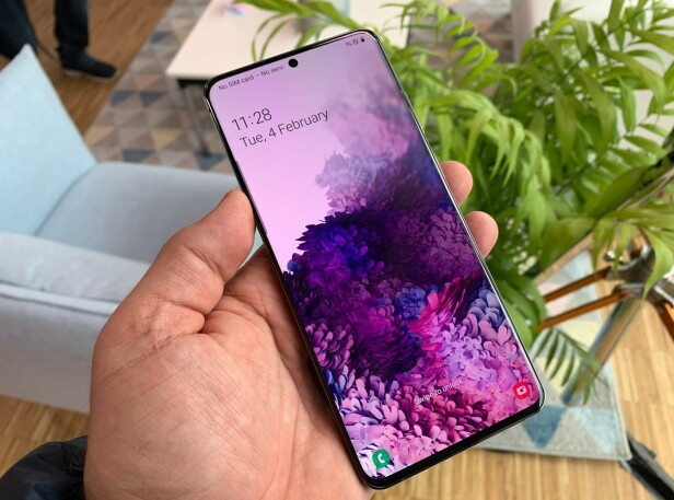 LIGGER GODT I HÅNDA: Samsung Galaxy S20 Ultra er stor, men absolutt svært håndterbar. Foto: Bjørn Eirik Loftås