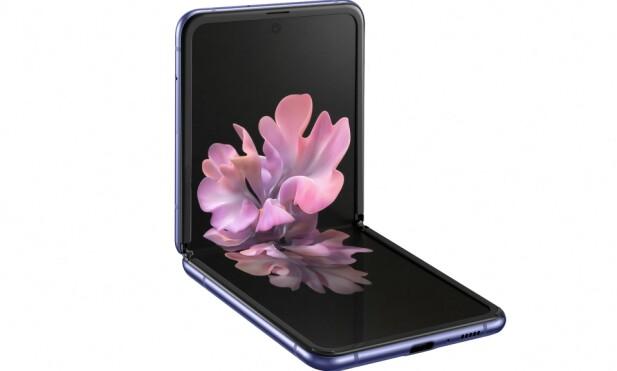 KAN STÅ SELV: Med en vinkel fra 70-110 grader kan telefonen stå av seg selv, slik at du også får et slags innebygd «stativ». Foto: Samsung