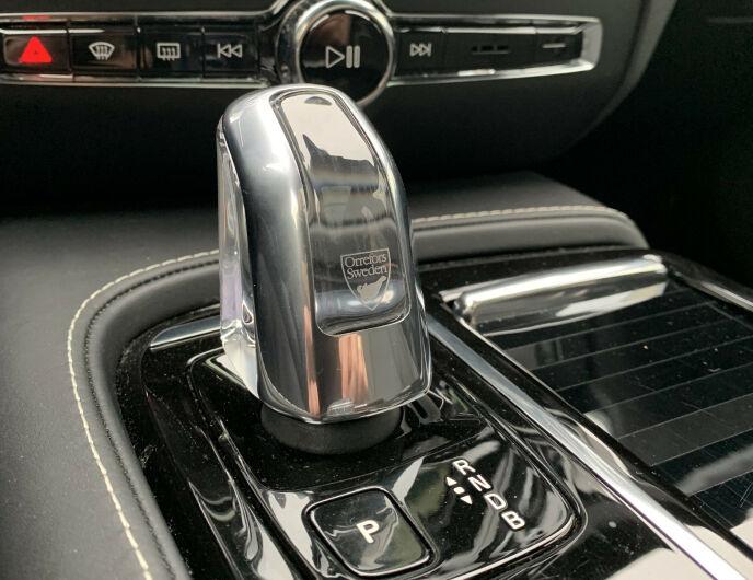 TRENDY: Nær 100 prosent av alle nybiler blir levert med automatgir i 2021, som på Volvo XC40 Recharge. Samtidig er det stadig færre som tar førerkort som inkluderer manuelt gir. Foto: Øystein B. Fossum
