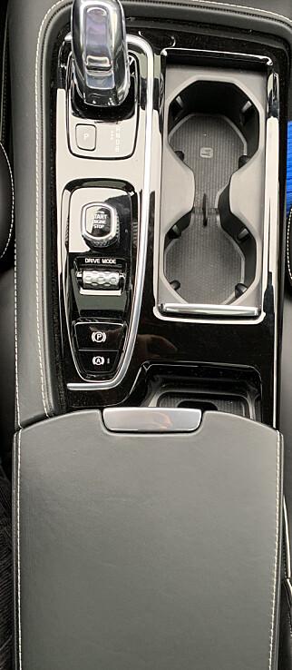 BEKVEMT: Midtkonsollen fungerer som armlene for sjåføren. Foto: Øystein B. Fossum