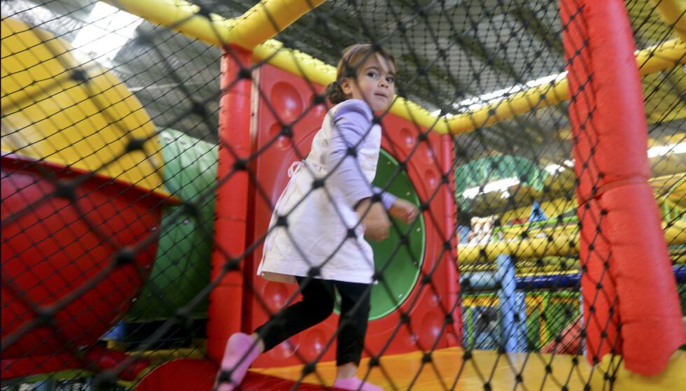 BRANNFELLE: Ny rapport avdekker at flere lekeland for barn ikke er så brannsikre som de burde. Hvordan skal foreldre få ut barna av trange apparater hvis det oppstår en nødsituasjon, for eksempel. Illustrasjonsfoto: Shutterstock/NTB Scanpix.