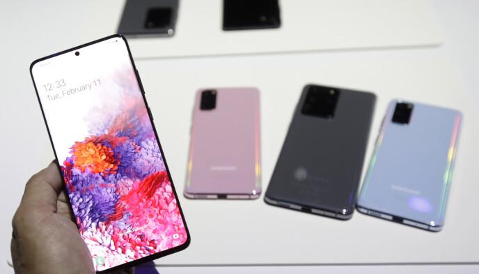 VIL LIKNE: Galaxy S21-modellene vil mest sannsynlig se ganske like ut som de foregående modellene som er avbildet her. Foto: JoffChiu/AP Photo/NTB