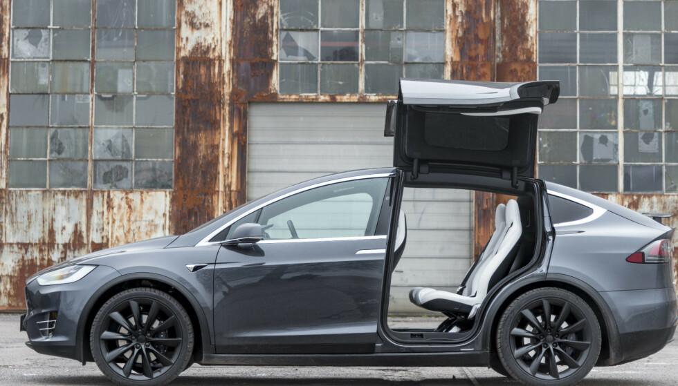 TILBAKEKALLES: I Nord-Amerika har Tesla tilbakekalt 15.000 av elbilmodellen Model X. I Norge er tallet 1000. Foto: Jamieson Pothecary