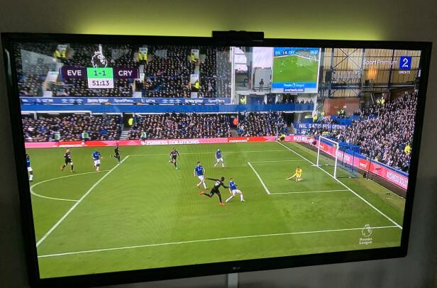KUNSTIG: Grønnfargen til sportssendinger er kunstig. Velg heller et gult/hvitt lys når du ser på TV - nesten uansett program. Foto: Øystein B. Fossum
