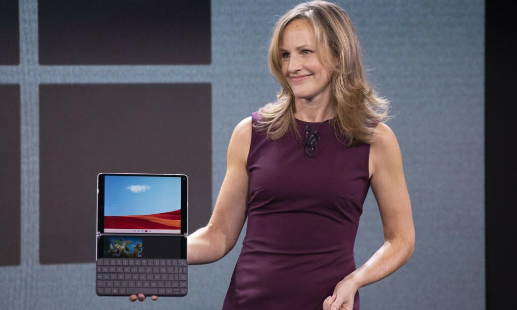 SURFACE NEO: Program Manager i Microsoft, Carmen Zlateff, viser frem Surface Neo og Windows 10X i oktober 2019. Foto: Mark Lennihan / AP / NTB Scanpix