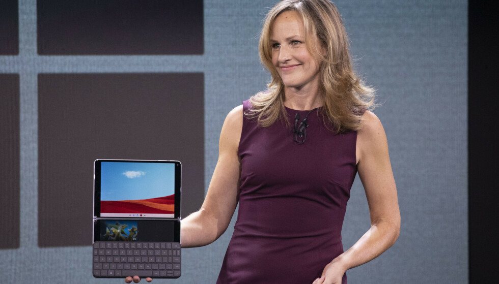 SURFACE NEO: Program Manager i Microsoft, Carmen Zlateff, viser frem Surface Neo og Windows 10X i oktober 2019. Foto: Mark Lennihan / AP / NTB Scanpix