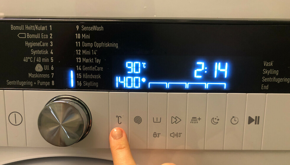 HØY TEMPERATUR: Du skal bruke egnet maskinrens og/eller vanlig bomullsprogram på høy temperatur når du rengjør maskinen. Foto: Linn Merete Rognø.
