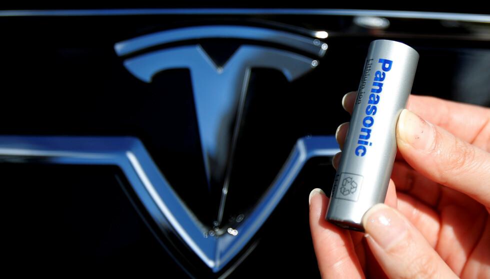 KUTTER KOBOLT? I dag produserer blant andre Panasonic batterier som inneholder kobolt for Tesla. Nå skal imidlertid elbilprodusenten være i samtaler med et kinesisk selskap som lager batterier uten det dyre og kritiserte stoffet. Foto: NTB Scanpix