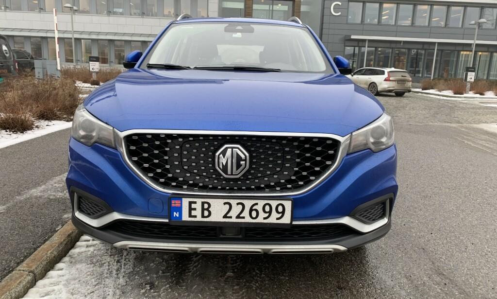 75 KILO: «Kina-elbilen» MG ZS EV har takrails, som ifølge typegodkjenningen kan bære 75 kilo. Foto: Øystein B. Fossum