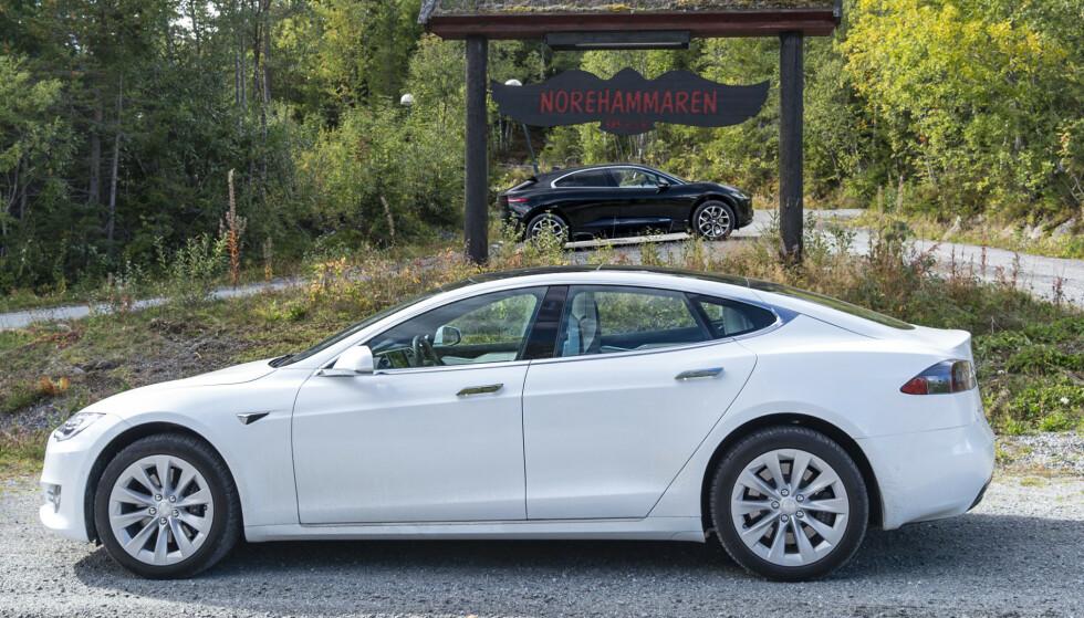 NÆR MAGISK GRENSE: Elbilene Tesla Model S (390 miles) og Tesla Model X (351 miles) skal nå gå enda lengre, før de må lades, etter nye oppgraderinger. Foto: Jamieson Pothecary
