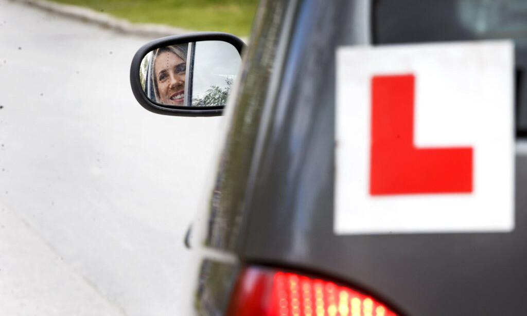 ØVELSESKJØRING: Det kan komme strengere krav til de som skal øvelseskjøre med elevene som skal ta førerkort. Foto: NTB Scanpix