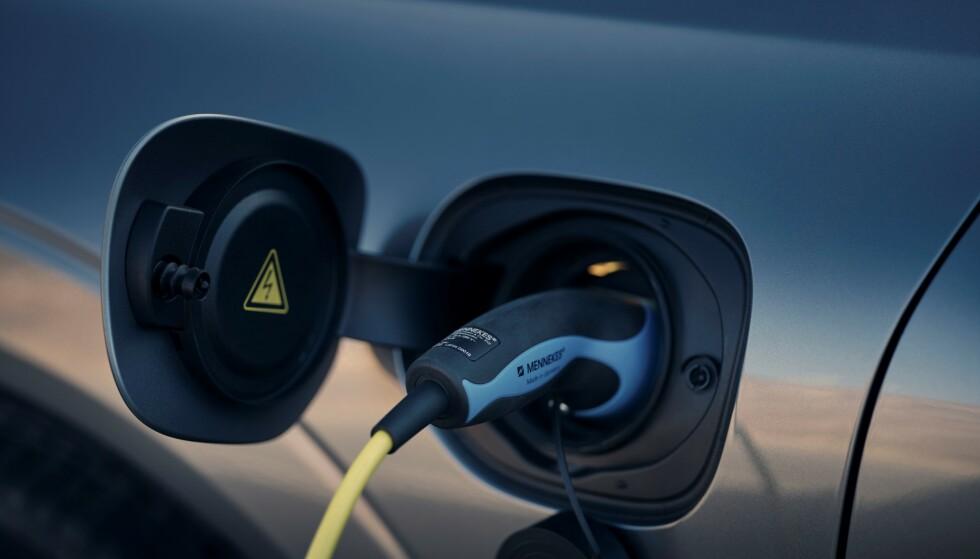 ALT ELEKTRIFISERT: Nå skal alle Volvo-modellene komme med elektrifiserte versjoner. Her er ansiktsløftede Volvo XC60 T8 AWD i «Osmium Grey metallic». Foto: Volvo Cars