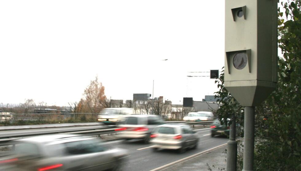 MER LOVLYDIGE?: Siden 2017 har antall bilister som fotograferes i fotoboksene gått betydelig ned. Skyldes det at vi er blitt mer lovlydige eller at moderne biler har navigasjonsanlegg som varsler? Foto: Rune Korsvoll