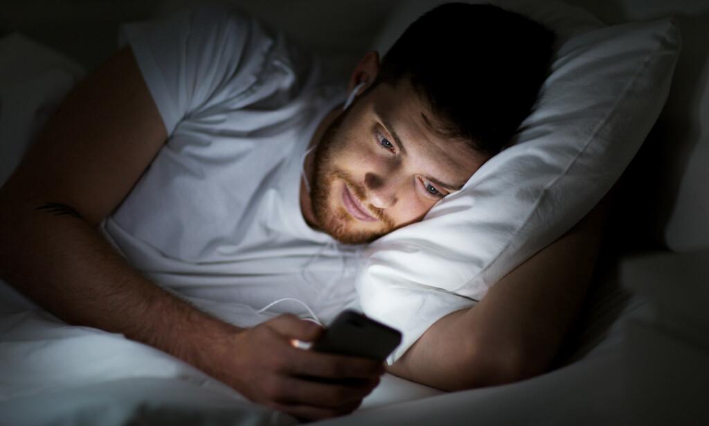 LYS I MØRKET: Det er unge menn som handler mest på nett mellom klokka 00 og 06, men hva handler de? Foto: Shutterstock/NTB Scanpix.