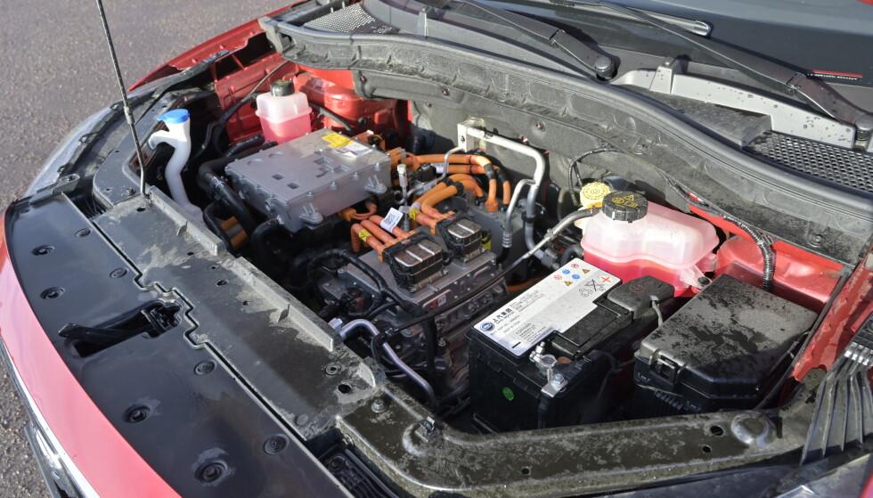 FOSSIL: ZS selges også som bensinbil. Man kunne lett ha fått eg ganske romselig bagasjerom foran også, dersom man hadde lagt en formstøpt plastbalje over elmotoren. Foto: Rune M. Nesheim