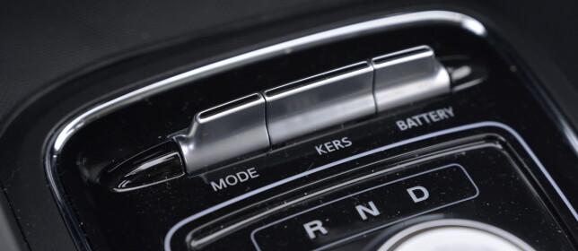 VIPP: Man justerer enkelt mellom kjøreprogrammene sport, normal og eco på mode-knappen. Styrken av regenerering er delt inn i tre trinn. Den starter alltid i det mest bremsende moduset (3), men bremser også i trinn 1. Battery-knappen er en svarvei til visning av gjenværende rekkevidde. Foto: Rune M. Nesheim