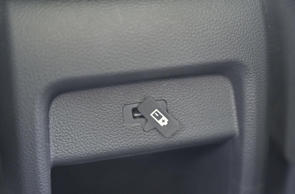 GUMMI: Man finner smådetaljer som trekker opplevd kvalitet ned. Som dette gummilokket som skal dekke for USB-koblingen. Den får du knapt til å sitte der den skal. Hvorfor ikke bare fjerne den? Foto: Rune M. Nesheim