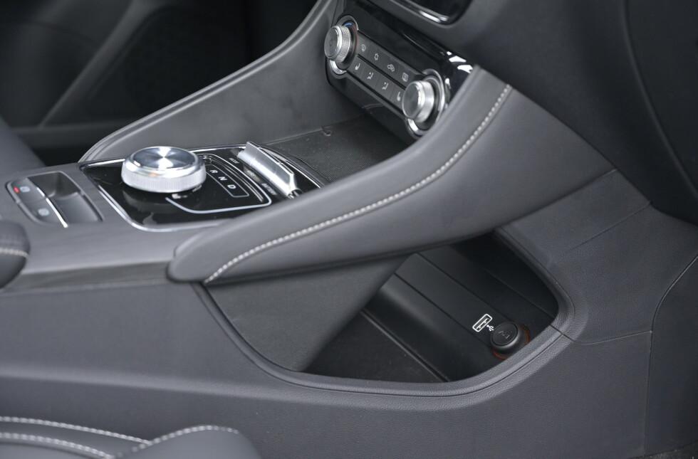 KNOTETE: USB-kontakten er plassert en etasje under der du naturlig legger mobilen. En idukjsonsplate hadde vært naturlig, men det finnes et hull for å trekke ladeledningen opp. Foto: Rune M. Nesheim